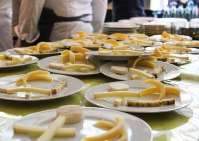 Préparation assiettes de fromage