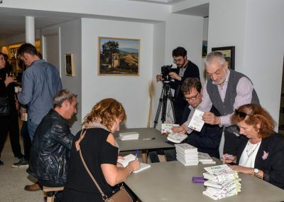 Les auteurs en dédicace avant l'arrivée des invités