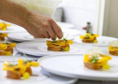 Saumon d'Alaska, raviole d'aubergine fumée, pâte de citron et légumes fermentés