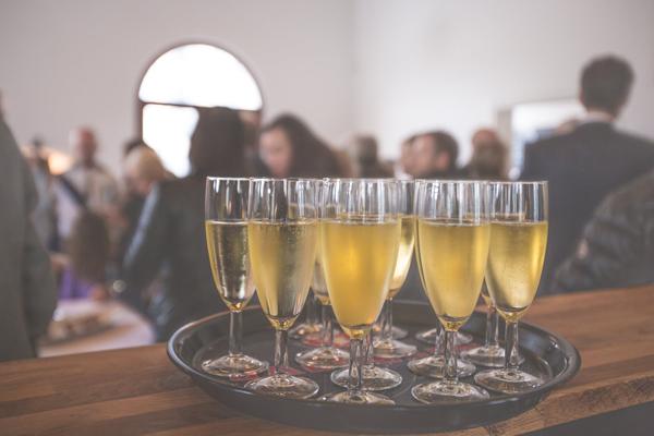 événementiel d'entreprise : des coupes de Champagne lors d'un Séminaire en entreprise