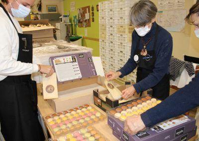 Préparation des sachets de macarons Bridor